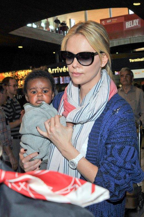 Charlize Theron z synem