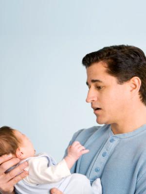 ojciec płaczące dziecko