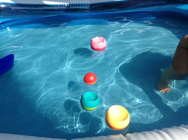 Klocki Tobbles pływają w basenie.