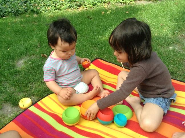 Helena z Amelką bawią się Tobblesami w ogrodzie