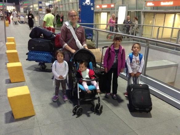 Lot z czwórką małych dzieci.