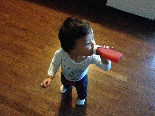 Helenka pije przecierek jabłkowy.
