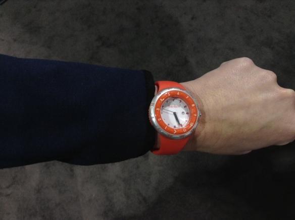 Zegarki są w dwóch kolorach pomarańczowym i białym