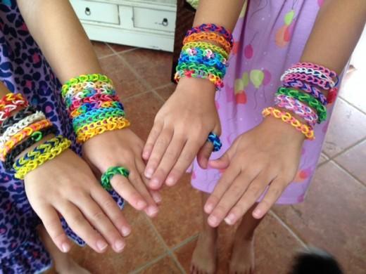 Dziewczyny uwielbiają te bransoletki, które same zrobiły.