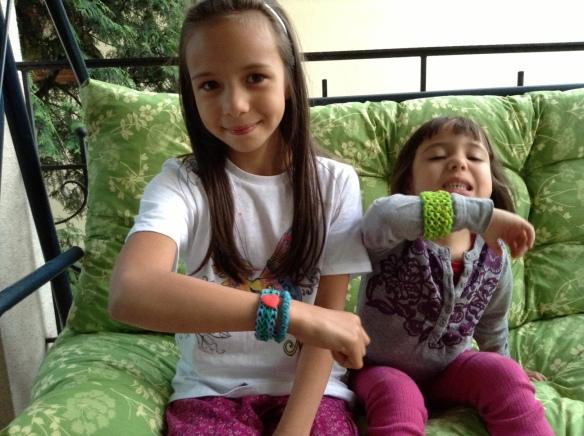 Kalinka i Amelka ze swoimi nowo zrobionymi bransoletkami :)
