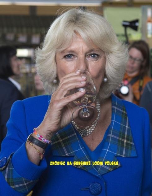 Księżna Camilla, żona księcia Karola w bransoletce z gumeczek.