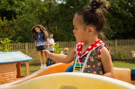 Helenka ze swoją lalką Lammily w pięknej sukience polskiej firmy Vippi Desing